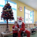 zdjęcia przedstawiają dzieci odbierające prezenty od Świętego Mikołaja
