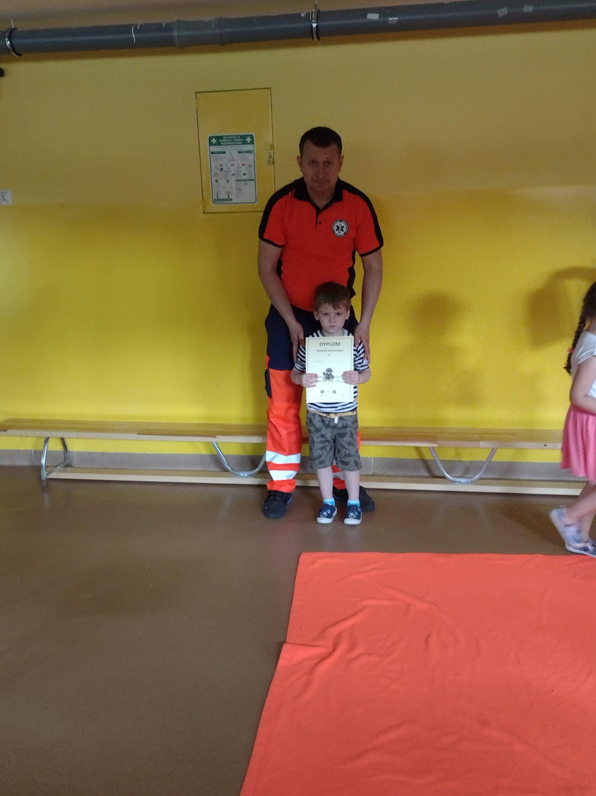 zdjęcia przedstawiają dzieci na spotkaniu z ratownikiem medycznym