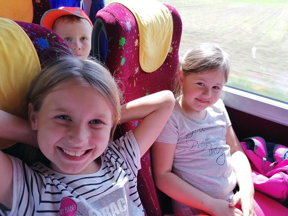 Zdjęcie przedstawia grupę 6-latków na wycieczce do Warszawy do muzeum ewolucji i Pałacu Kultury