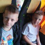 """Zdjęcie przedstawia dzieci na wycieczce do gospodarstwa agroturystycznego """"Leluja"""" w Wielgolesie"""