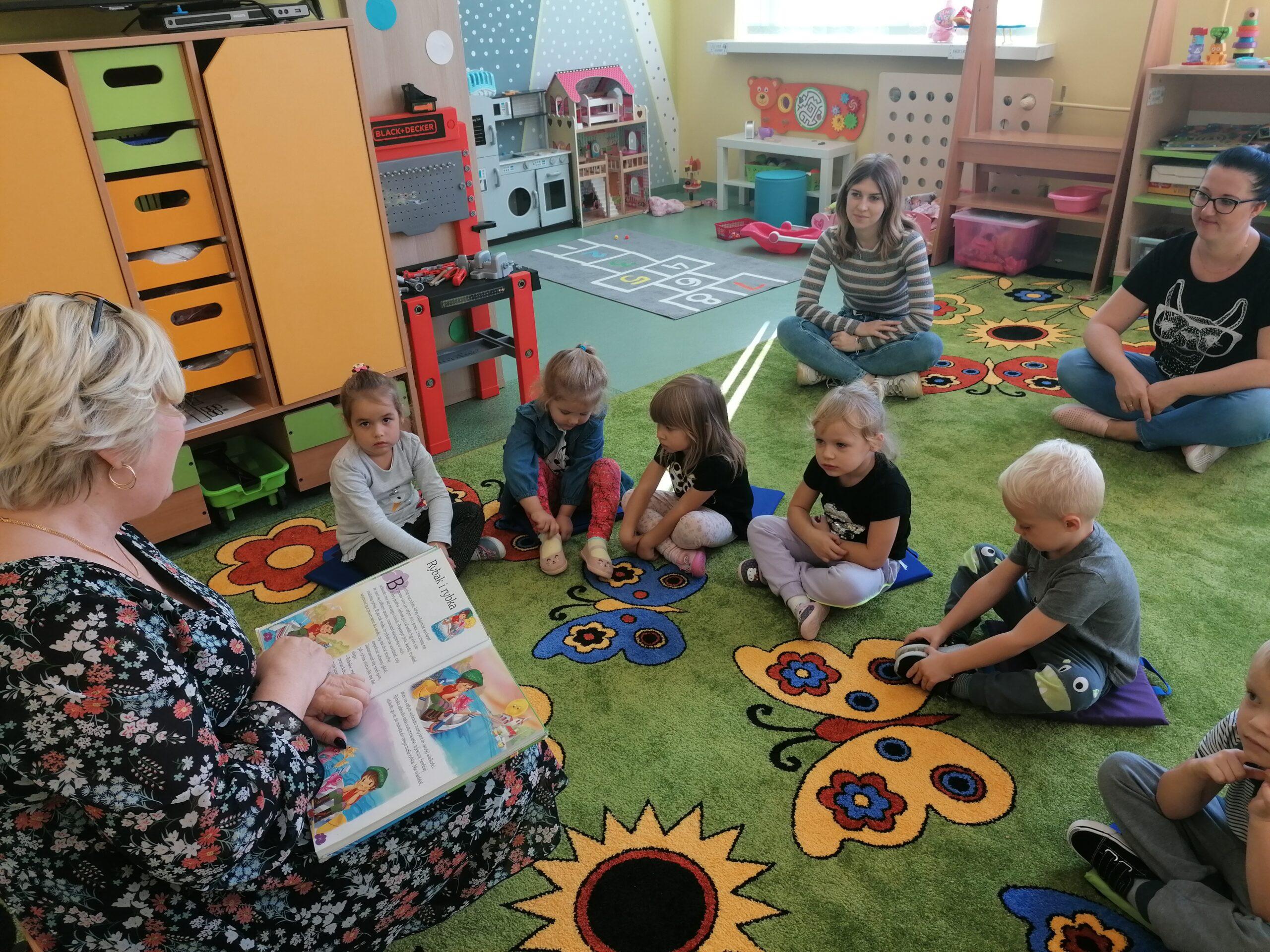 Zdjęcie przedstawia dzieci podczas dnia głośnego czytania
