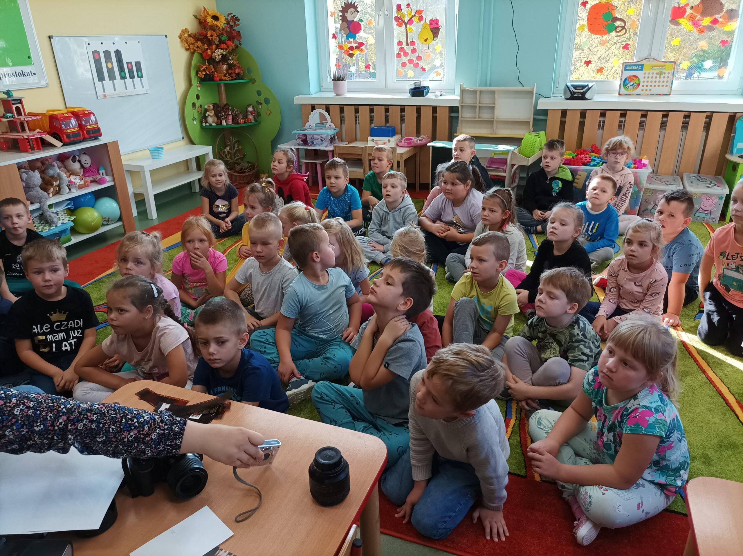 Zdjęcia przedstawiają dzieci w liściach podczas sesji wykonanej przez panią fotograf